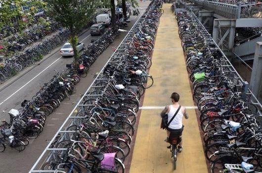 Dos_emprendedores_espanoles_gestionaran_el_parque_de_bicis_de_Amsterdam