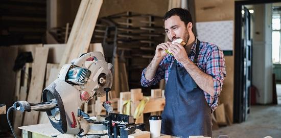 trabajador comiendo